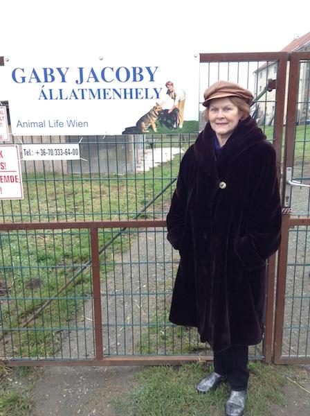 Gaby Jacoby am Tor des Tierheimes Weihnachten 2014